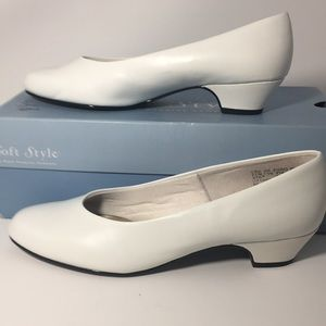 White 9 1/2 M Hush Puppies Soft Style pumps